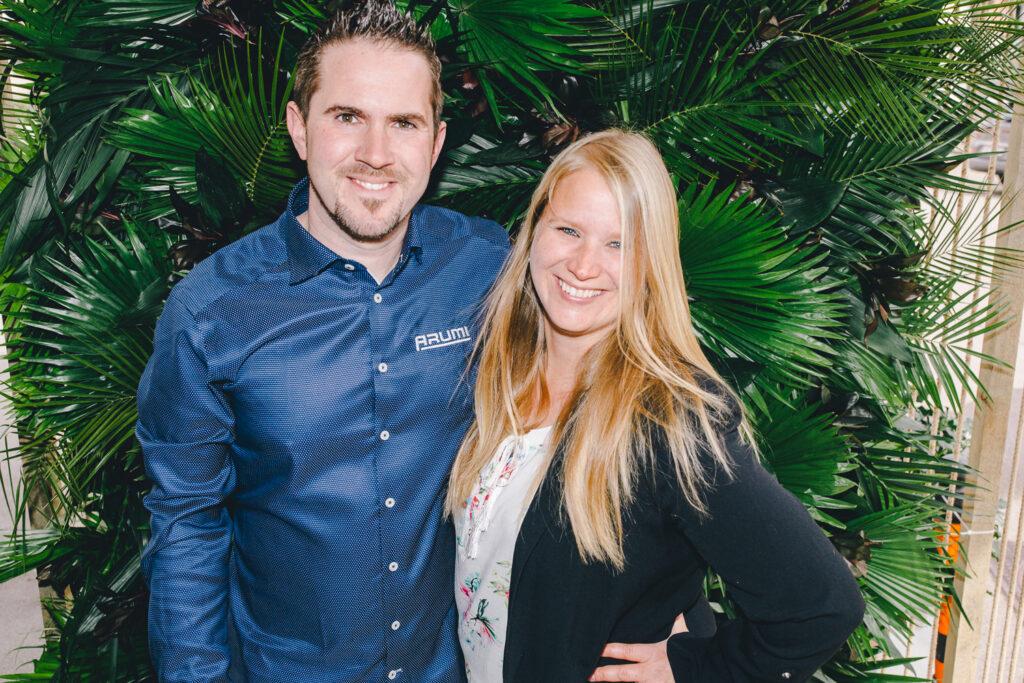 Die Gründer von ARUMI, Matthias und Claudia Gerber stehen vor Pflanzen